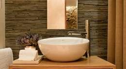 RECUPERAÇÃO E AMPLIAÇÃO  I MORADIA CANEIRO: Casas de banho modernas por PAULA NOVAIS ARQUITECTOS E DESIGN