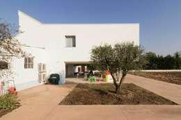 Casas de estilo moderno por Memento Architects