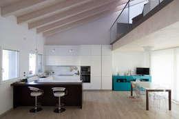 Comedores de estilo moderno por Memento Architects