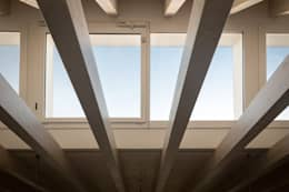 Salas de estilo moderno por Memento Architects