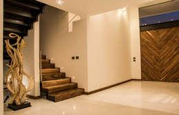 Casa J&J: Pasillos y recibidores de estilo  por [TT ARQUITECTOS]