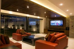 Casa J&J: Salas multimedia de estilo moderno por [TT ARQUITECTOS]