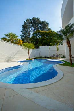 Casa Buriti: Piscinas modernas por Arquiteto Aquiles Nícolas Kílaris