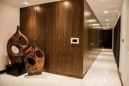 Casa J&J: Vestíbulos, pasillos y escaleras de estilo  por [TT ARQUITECTOS]