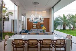 TB House: Salas de jantar minimalistas por Aguirre Arquitetura