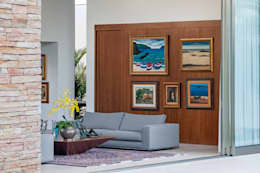 TB House: Salas de estar minimalistas por Aguirre Arquitetura
