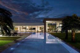 TB House: Casas minimalistas por Aguirre Arquitetura