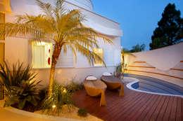 Jardines de estilo moderno de Designer de Interiores e Paisagista Iara Kílaris