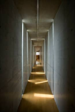 Corridor & hallway by EASTERN design office イースタン建築設計事務所