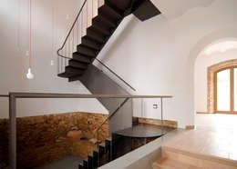 Pasillos y recibidores de estilo  por CM4 Arquitectos