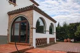 Estudios y oficinas de estilo rústico por SMMARQUITECTURA