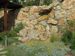 Jardines de estilo mediterraneo por LANDSHAFT