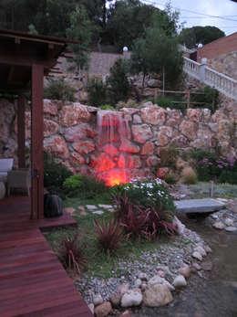 Iluminación de la Cascada: Jardines de estilo mediterráneo de LANDSHAFT