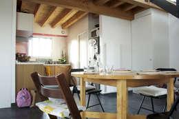 maison bioclimatique: Salle à manger de style de style Moderne par ATELIER ARTEFAKT