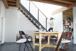 maison bioclimatique: Couloir et hall d'entrée de style  par ATELIER ARTEFAKT