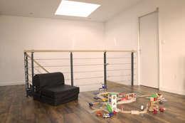 maison bioclimatique: Salon de style de style Moderne par ATELIER ARTEFAKT