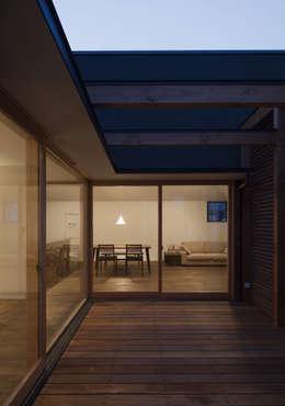 岡本の家: アトリエ・ブリコラージュ一級建築士事務所が手掛けたベランダです。