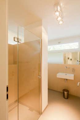 Haus STS: moderne Badezimmer von Ferreira | Verfürth Architekten