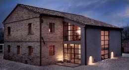 Casas de estilo rural por Opera s.r.l.