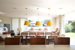 Fazenda Boa Vista: Salas de jantar modernas por 2L Arquitetura