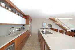 Fazenda Boa Vista: Cozinhas modernas por 2L Arquitetura