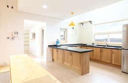 아일랜드형 ㄷ자 주방: 주택설계전문 디자인그룹 홈스타일토토의  주방