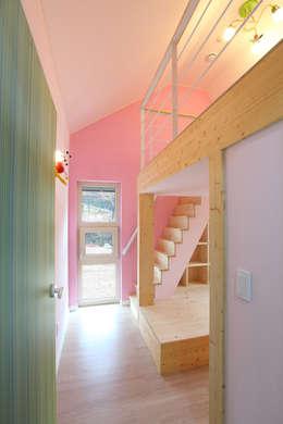 입체적인 구조의 딸아이방: 주택설계전문 디자인그룹 홈스타일토토의  아이방