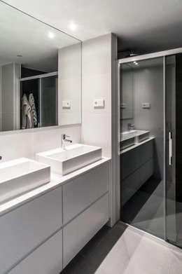 Baños de estilo moderno por estudio551