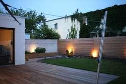 Das Haus, das aus der Reihe tanzt: minimalistischer Garten von Ivo Nikolov Architekt