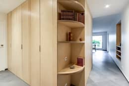 La cuisine au coeur: Couloir et hall d'entrée de style  par Atelier d'Ersu & Blanco
