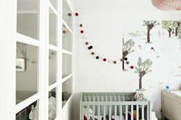 Restructuration d'une maison à Montmartre avec création d'une surélévation vitrée: Chambre d'enfant de style de style Moderne par Capucine de Cointet architecte