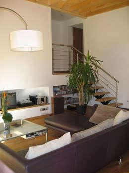 Le salon et l'accès au dernier niveau, la partie nuit: Salon de style de style Moderne par Cléo Chatelet Architecte