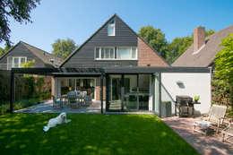 Achtergevel: moderne Huizen door Hoope Plevier Architecten