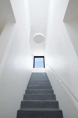 Projekty,  Korytarz, przedpokój zaprojektowane przez STEINMETZDEMEYER architectes urbanistes
