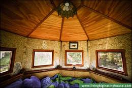 Living Big in a Tiny House: eklektik tarz tarz Yatak Odası
