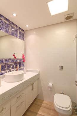 Baños de estilo minimalista por Raphael Civille Arquitetura