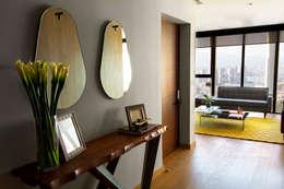Pasillos, vestíbulos y escaleras de estilo moderno por Concepto Taller de Arquitectura