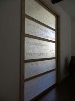 Claustra coulissant perle et nacre: Salon de style de style Minimaliste par vitrail architecture