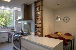 apartamento LAC: Cozinhas modernas por Raquel Junqueira Arquitetura