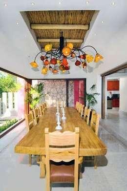 Villas Mandarinas: Comedor de estilo  por CASA MÉXICO
