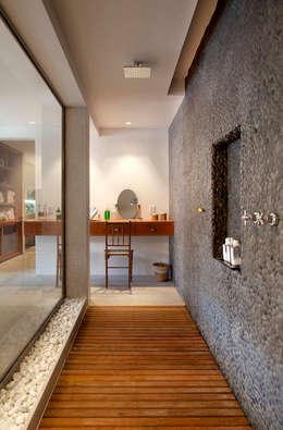 Spa de estilo rural por Raquel Junqueira Arquitetura