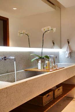 Baños de estilo  por Raquel Junqueira Arquitetura