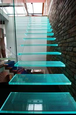Schody Wspornikowe Szklane SW-02: styl , w kategorii Korytarz, hol i schody zaprojektowany przez KAISER Schody Sp. z o.o.