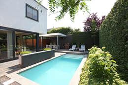 Het kleine zwembad ligt mooi in de ruimte: moderne Tuin door Stoop Tuinen