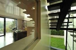 Couloir et hall d'entrée de style  par zone architekten