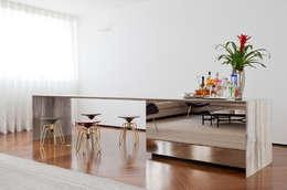 Salas de estilo moderno por Zemel+ ARQUITETOS