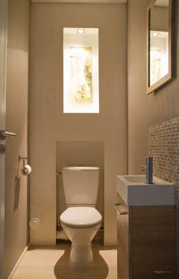 Toilettes cosy: Salle de bain de style de style Moderne par ELGYKA DESIGN