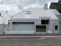 Projekty, minimalistyczne Domy zaprojektowane przez Moser Architects