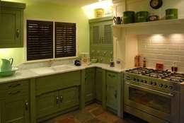 Cocinas de estilo clásico por Hallwood Furniture