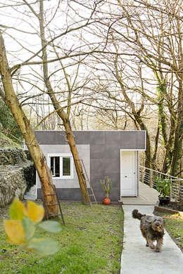 Fachada Este, entrada a la vivienda: Casas de estilo ecléctico de BATLLÓ CONCEPT